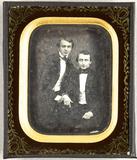 Prévisualisation de Zwei junge Männer, einer sitzend, der andere … imagettes