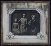 Visualizza Mutter mit drei Kindern. Die Mutter sitzt am … anteprime su