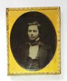 Visualizza Three quarter portrait of a young man. anteprime su