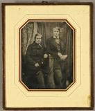 Visualizza Zwei junge Männer im Mantel, einer sitzend, n… anteprime su