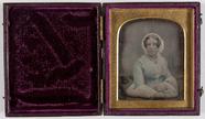 Visualizza Beeld van een vrouw, ingekleurd, zittend, met… anteprime su
