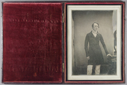 Visualizza Three quarter-length portrait of man, standin… anteprime su