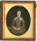Visualizza Porträt einer jungen Frau mit einem Buch auf … anteprime su