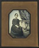 Visualizza Portrait de jeune fille, en pied, assise, à l… anteprime su