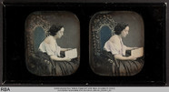 Visualizza Seitlich sitzende Frau mit Buch anteprime su