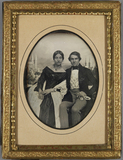 Visualizza Ehepaar sitzend, sie mit weißem langem Schal,… anteprime su