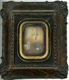 Visualizza Portrett av en sittende ung mann i en fin jak… anteprime su