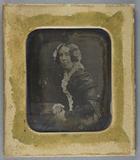 Prévisualisation de Bildnis einer am Tisch sitzenden Frau in dunk… imagettes