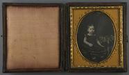 Thumbnail preview van Porträt eines sitzenden Kindes in einem gepun…