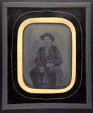 Miniaturansicht Vorschau von Sitzender junger Mann mit Hut und Gewehr.