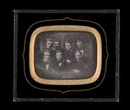 Visualizza Portrett av syv menn, seks unge og en eldre. … anteprime su