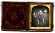 Visualizza Portrait d'une femme et de deux jeunes filles… anteprime su
