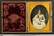 Thumbnail preview of Junge Frau mit Baby auf dem Schoß