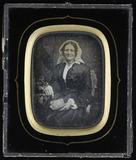 Visualizza Ältere Frau mit weißer Haube seitlich am Tisc… anteprime su
