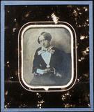 Visualizza seated female holding paper anteprime su