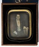 Visualizza Portrett av ukjent mann sittende med en am hv… anteprime su