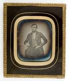 Thumbnail preview van Portrett av mann med skjegg sittende med arme…