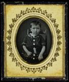 Visualizza Kleiner Junge mit einem breiten Gürtel um den… anteprime su