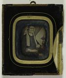 Visualizza Portrett av en sittende, eldre kvinne med en … anteprime su
