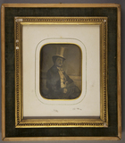 Esikatselunkuvan Halbporträt eines Mannes mit Chapeau claque u… näyttö