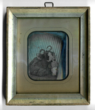 Prévisualisation de Vor einer markanten Streifentapete sitzt eine… imagettes