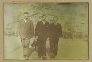 Visualizza Portret van drie heren voor de Bijenkorf, Ams… anteprime su