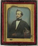 Visualizza Portrait eines jungen Mannes, Halbfigur, kolo… anteprime su