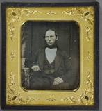 Visualizza Portrait eines Mannes mit Kinnbart am Tisch m… anteprime su
