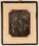 Visualizza Abgebildet sind drei Jungen, stehend, der Jün… anteprime su