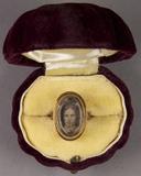 Visualizza Porträt einer Frau, eingefaßt in einen Ring. anteprime su
