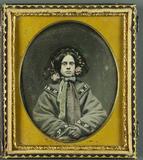 Visualizza Halbportrait einer jungen Frau im Mantel mit … anteprime su