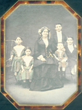 Visualizza Portrait de famille. 5 enfants et une femme. anteprime su