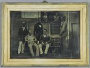 Thumbnail preview of Fünf Herren im Vordergrund, zwei davon sitzen…