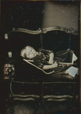 Visualizza Porträt eines kleinen Junges auf dem Sofa lie… anteprime su