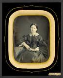 Thumbnail preview van Portrait de femme, à mi-genoux, assise, de tr…