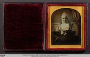 Thumbnail preview of Alte Frau mit Haube und Brille in der Hand ha…