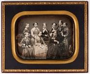 Visualizza Abgebildet sind neun junge Frauen, teils in F… anteprime su