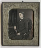 Thumbnail preview van Der unbekannte Mann sitzt auf einem gepolster…