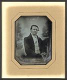 Esikatselunkuvan Portrait d'homme, en buste, assis, les mains … näyttö
