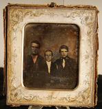 Visualizza Portrett med tre unge menn. /  Group portrait… anteprime su