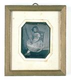 Visualizza Portrait d'une jeune fille assise sur une cha… anteprime su