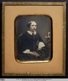 Miniaturansicht Vorschau von Junge Frau mit Buch in der Hand