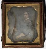 Visualizza Portrett av ukjent ung kvinne sittende med en… anteprime su