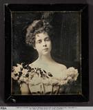 Visualizza Brustbild einer jungen Frau mit Blumen auf re… anteprime su