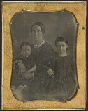 Thumbnail af Portrait of a woman with two children