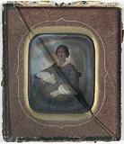 Visualizza Portrett av en kvinne. Sittende halvfigur ved… anteprime su