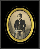 Thumbnail preview van Portrait de garçonnet, à mi-jambes, assis, de…
