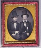 Visualizza Halbporträt von zwei sitzenden Männern mit Ch… anteprime su