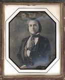 Thumbnail af Jeune homme au foulard, en buste, assis, la m…