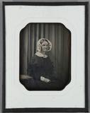 Visualizza Ältere Frau mit weißer Haube seitlich neben e… anteprime su